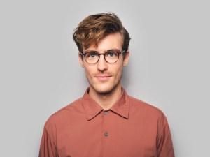 Man draagt Goteborg bril in het grijs