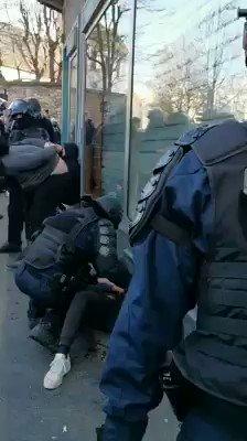 Fotograaf @BarzilaiMartin was ooggetuige toen politieagent demonstrant mishandelde.  De foto die hij maakte is aangrijpend, hard, symbolisch voor  het staatsgeweld en toont opnieuw het volledig losgaan van agenten gedurende de #GiletsJaunes revolte.  https://t.co/5GzIRrDqay