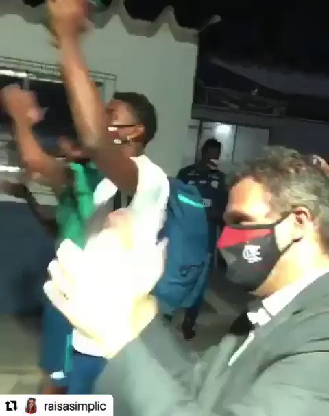 Image for the Tweet beginning: Torcida recebendo a garotada do