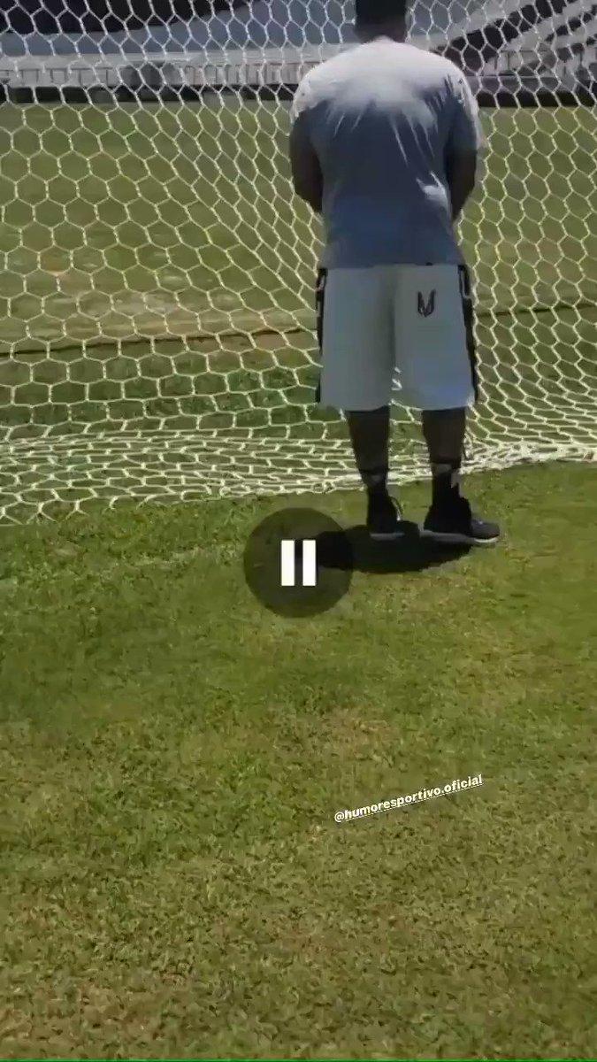 Na trave e na rede em que o torcedor jogou sal grosso, o Vasco sofre o gol em um lance de azar. Que fase... #ColinaENM
