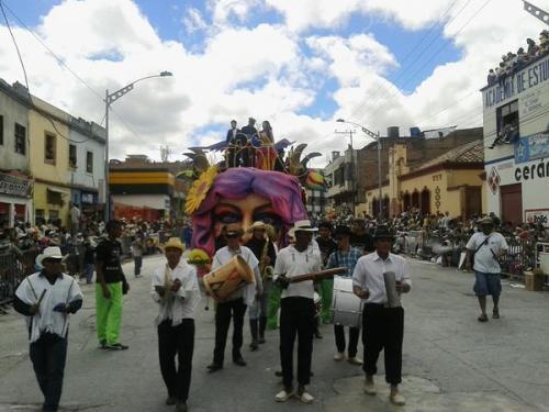 Presidente Santos Abrió Desfile Carrozas Carnaval negros y blancos