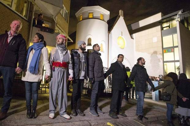These Muslims formed a human shield around a Jewish Synagogue to protect it http://t.co/7wyObT2XRO