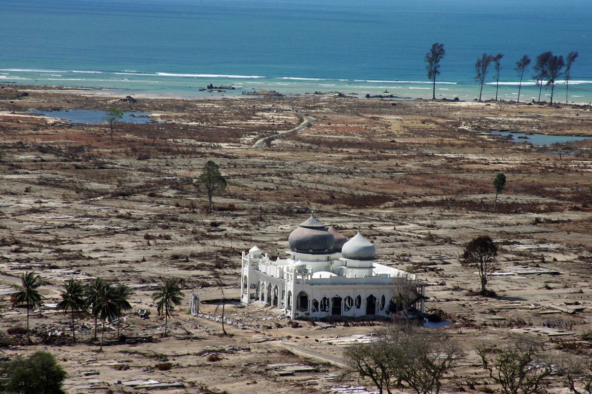 Indonesian Thousands Pray Indonesian Mosque Survived Tsunami
