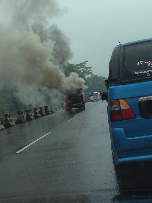 Nissan Serena terbakar di tol kagorawi