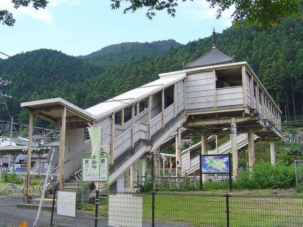 test ツイッターメディア - (東京・沢井駅)JR東日本青梅線の無人駅。観光シーズンのみ特別改札が行われる。2010年に駅舎を改装。橋上駅舎になり、窓口から南北に伸びた跨線橋には大日本寒山寺をイメージした楼閣状の屋根を乗せ、中央に仏塔を配置している。 https://t.co/WSp7oQScRb