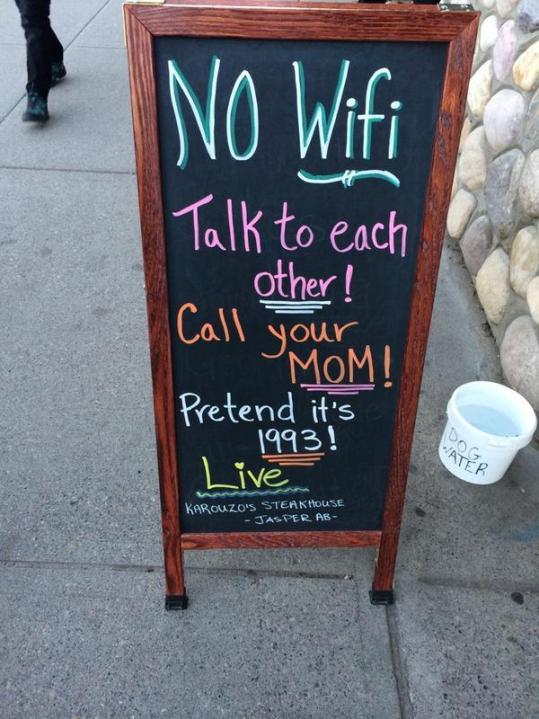 صورة من مقهى يحث على البعد عن مواقع التواصل
