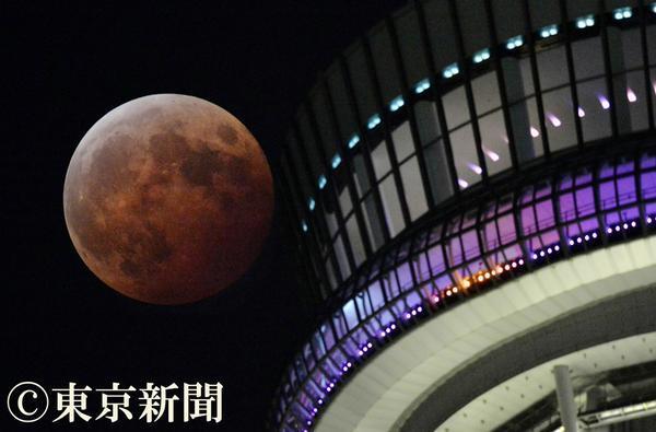test ツイッターメディア - 満月が地球の影にすっぽり入る皆既月食。 青色発光ダイオードが光る東京スカイツリー https://t.co/E5HStJ6sOA