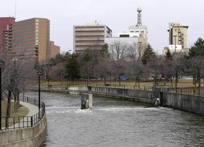 Lead level in water falls below federal limit in Flint, Mich.