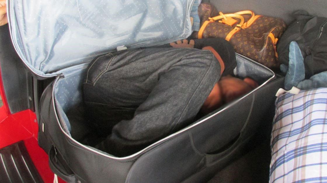 La foto del migrante escondido en la maleta. Foto de internet.