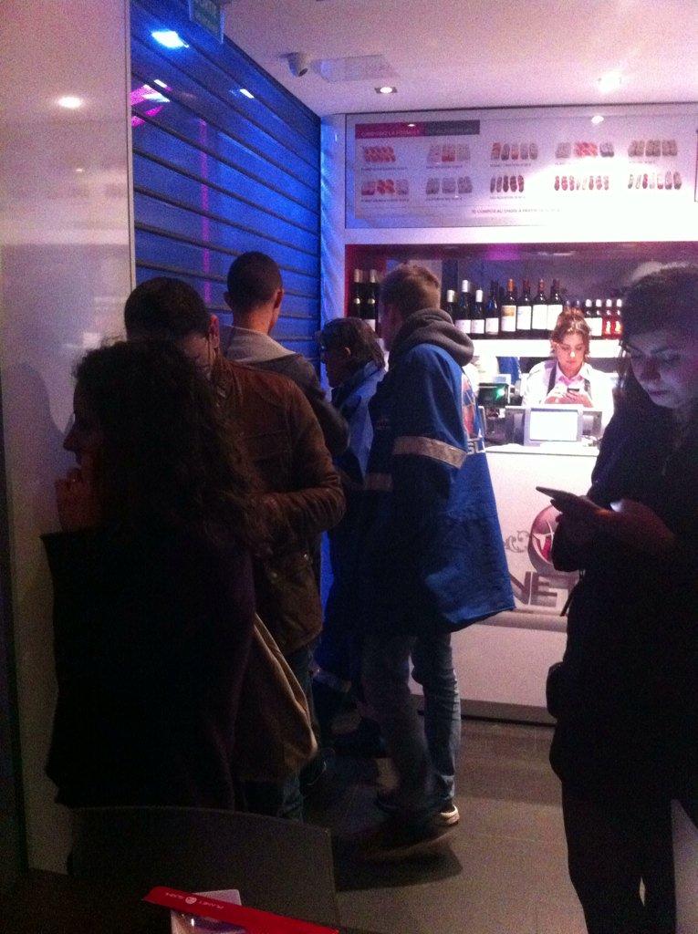 Persoanele din restaurant s-au adăpostit în interiorul localului pentru a se proteja de posibilele atacuri repetate.