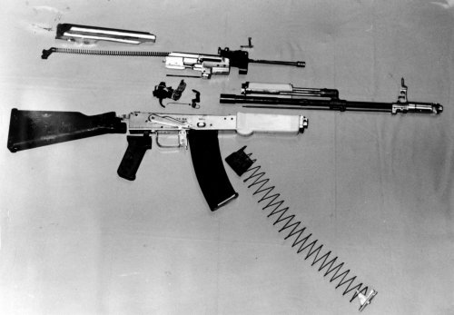 test ツイッターメディア - オウム真理教が密造したAK-74ベースのアサルトライフル。 細かい仕様は明らかとなっていないが、銃口初速は本家と同等で充分な殺傷能力を持っていた。また、口径を5.4mmにするなど設計を一部変更していた https://t.co/j73Tt3AwJp