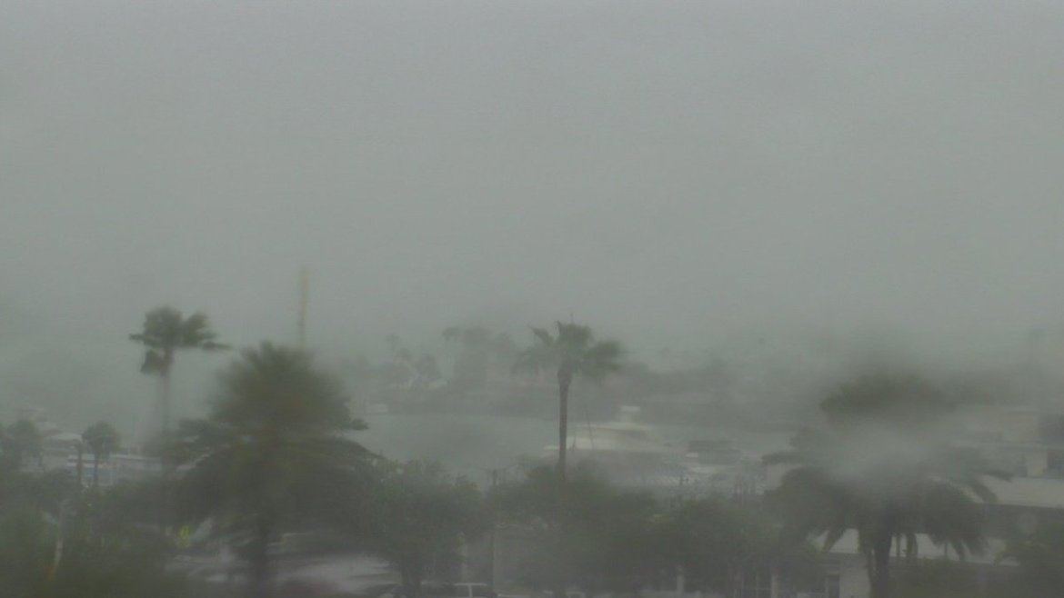 #Clearwater Beach cam shows heavy rain moving in.  More #TampaBay area weather cameras ->