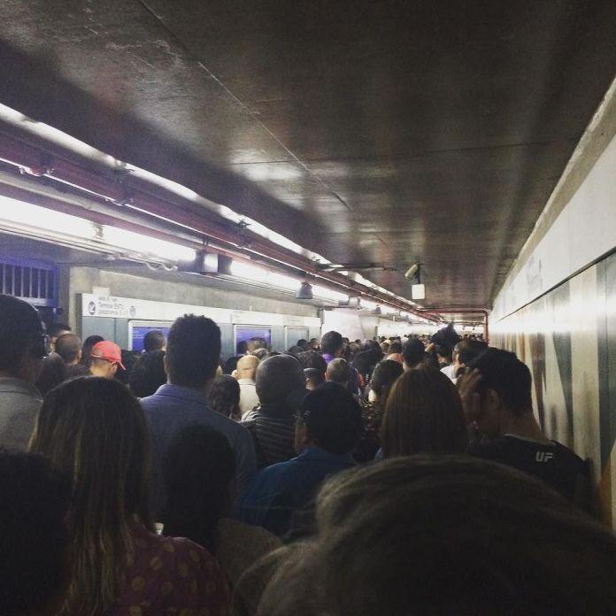 Lotação extrema para embarcar na Estação Jabaquara. (Foto: Elton Ramos)