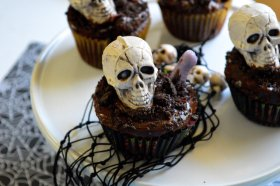 Fun and easy for Graveyard Cupcakes! ://