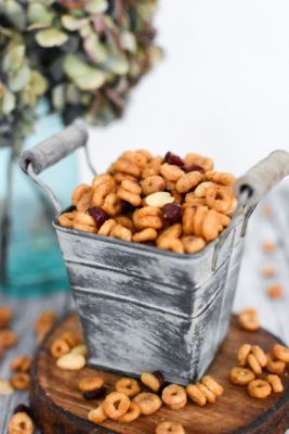 Pumpkin Spice Cheerios Snack Mix Recipe> If you follow along wit..