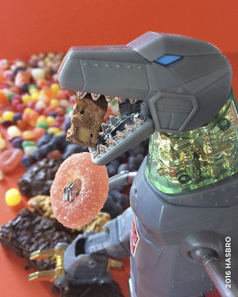 test ツイッターメディア - 公式インスタグラムにおけるグリムロック。「彼は、ハロウィンのお菓子が値下がりするブラックフライデー(クリスマス商戦開始日)を待ちわびていた」 #初代 https://t.co/SOMpA6ui8C