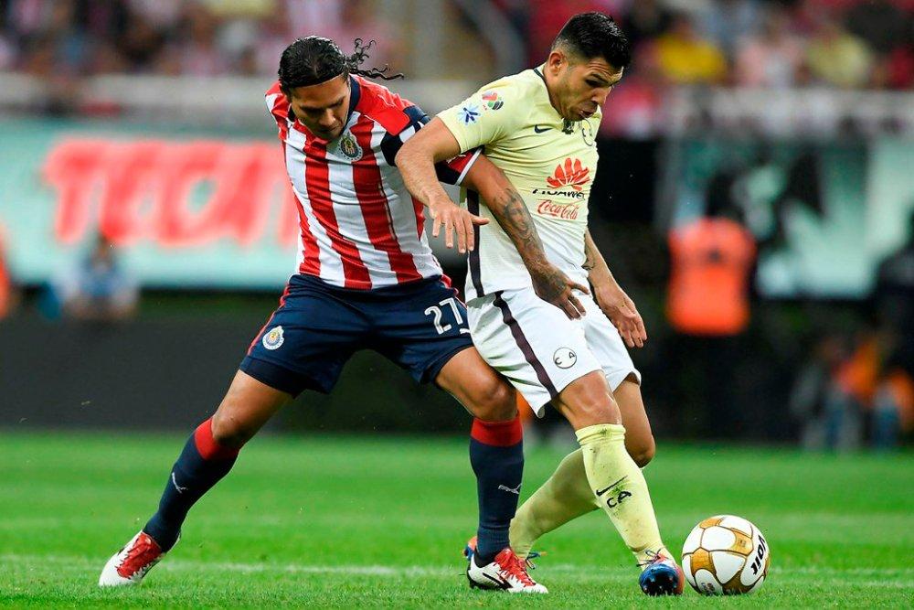 Gullit Peña intenta ganar el balón