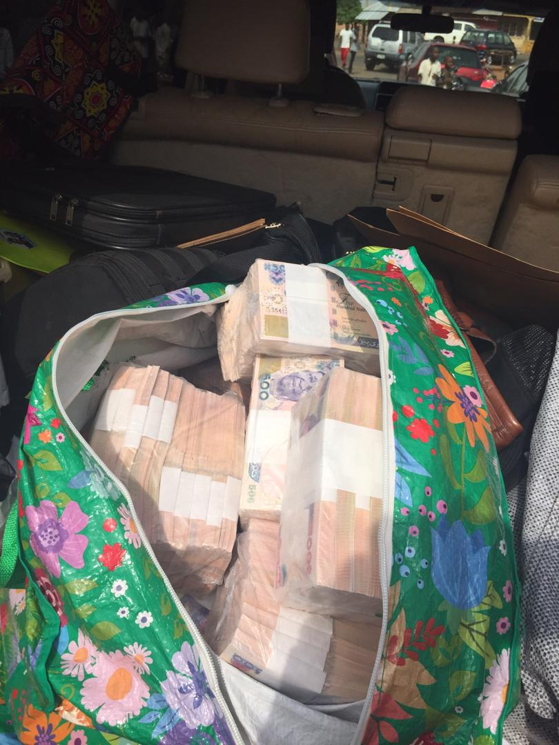 D1NRZzqWoAEpz1b - VoteBuying: See The Huge Sum Of Money That Was Intercepted By EFCC (Photos)
