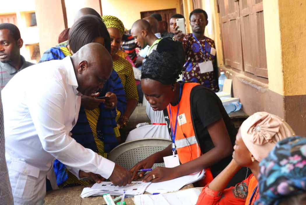 D1NhYQAWkAAmJCh - LagosDecides: Who Do You Think Ambode Voted??? See Him Casting His Vote(Photos)