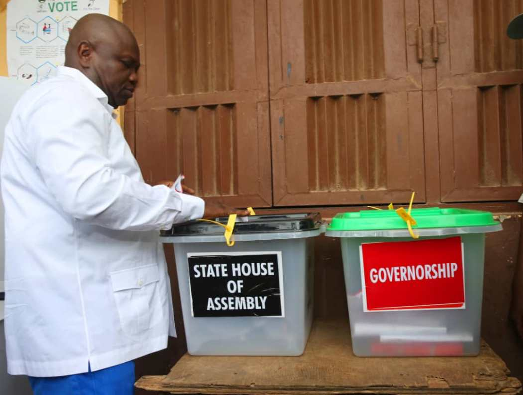 D1NhYwGXgAU707a - LagosDecides: Who Do You Think Ambode Voted??? See Him Casting His Vote(Photos)