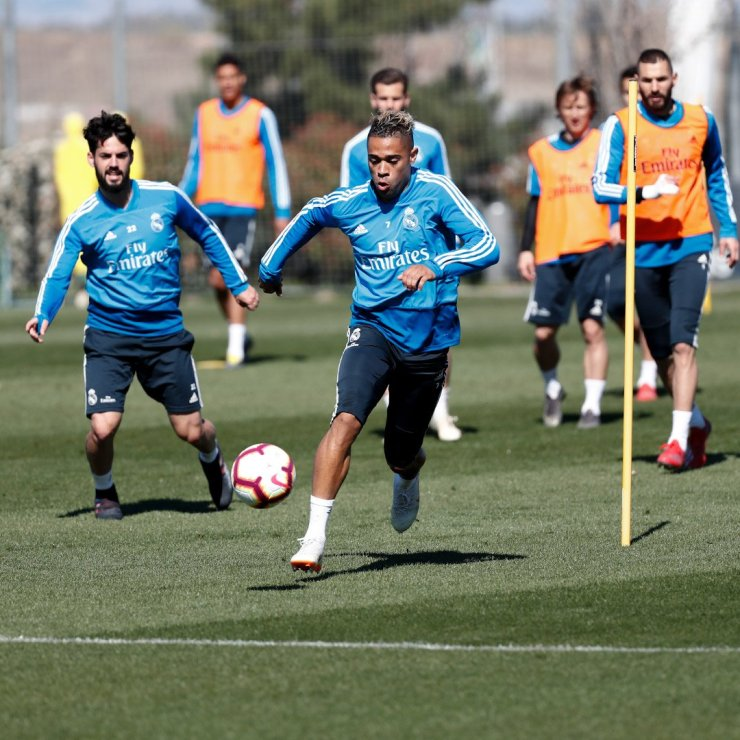 PHOTOS: CHECK OUT ZIDANE'S FIRST TRAINING SESSION BACK AT REAL MADRID AHEAD OF CELTA VIGO'S CLASH D1ihELxWwAErsmt
