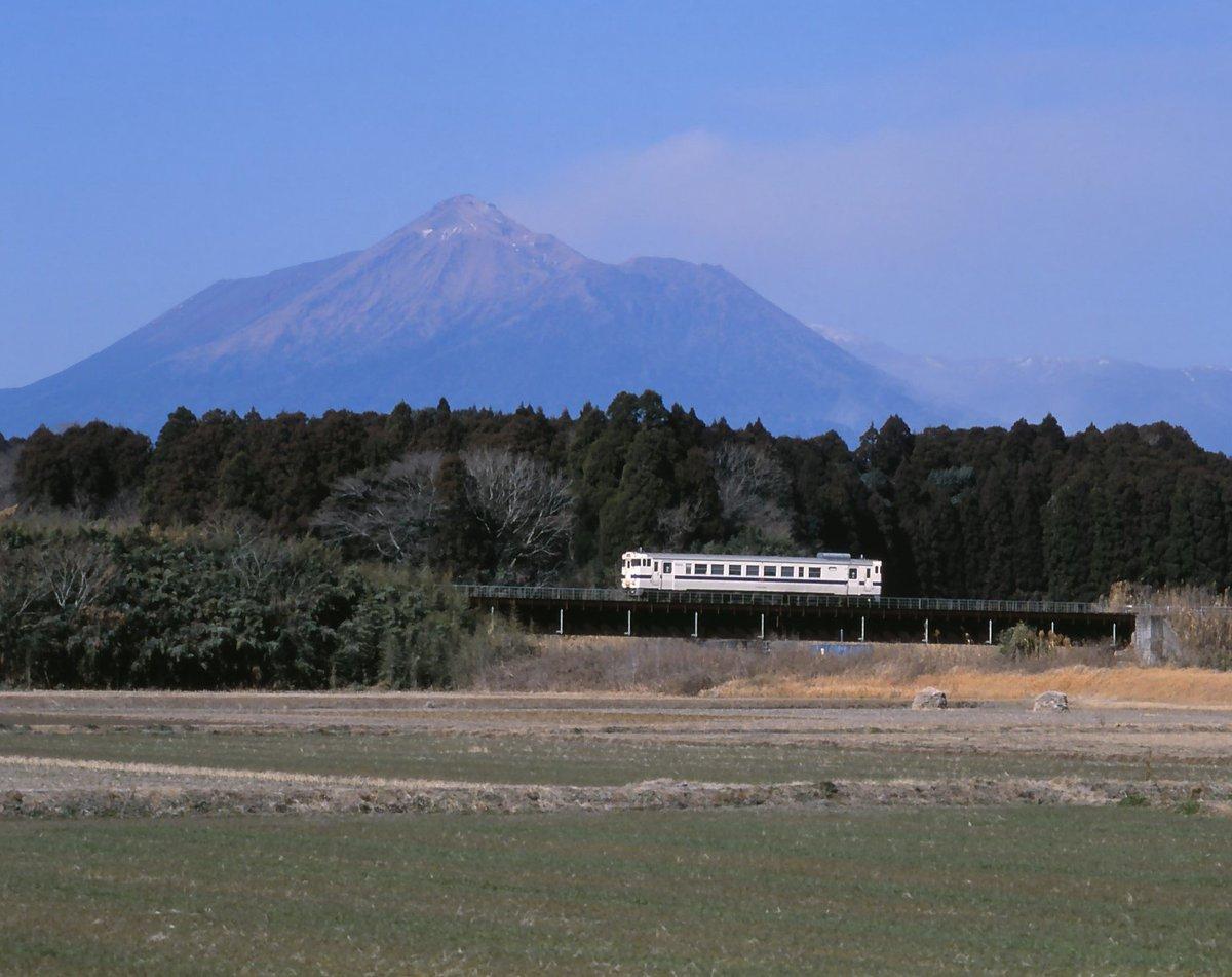 test ツイッターメディア - 2011年1月、バックの新燃岳が約300年振りにマグマ噴火する4日前のカット。この時は桜島のように噴煙を上げているのが普通だと思っていた。 https://t.co/QLAtDvGO2f