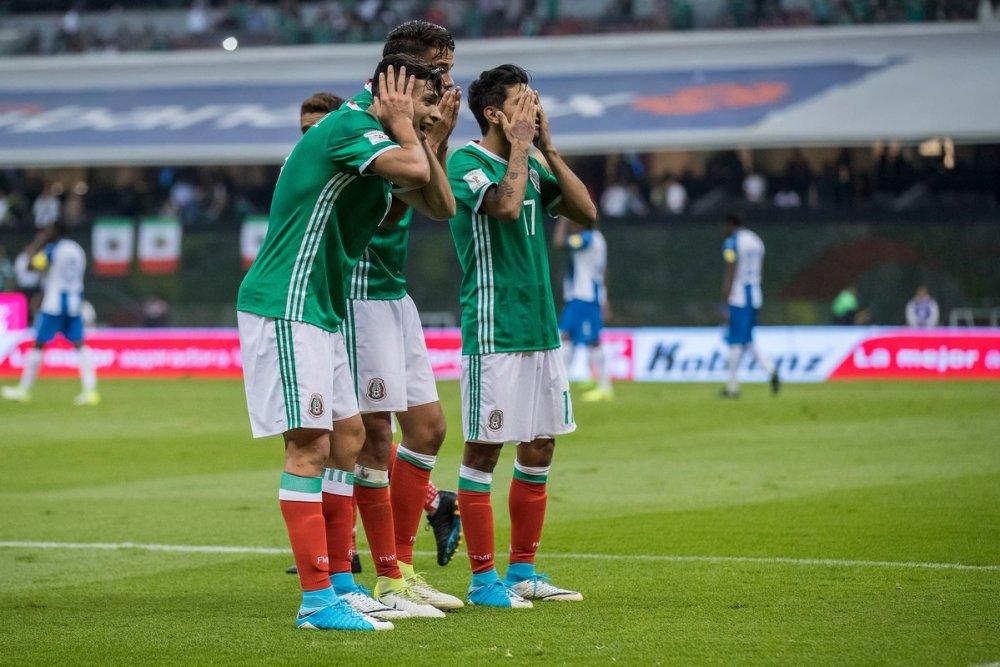Jugadores mexicanos celebran el gol vs Honduras