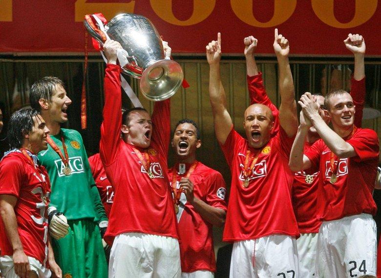 Wayne Rooney solleva il trofeo della Champions League, vinto ai rigori contro il Chelsea nella finale di Mosca nel 2008, foto: Getty Images