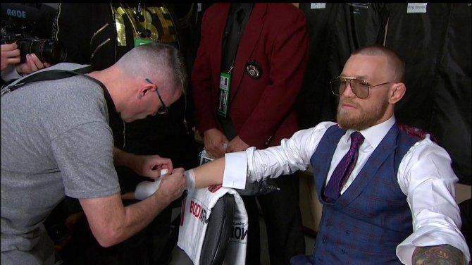 DINCtAtUQAAK138 - McGregor vs. Mayweather Live: Round by round fight results update (Floyd wins by TKO)