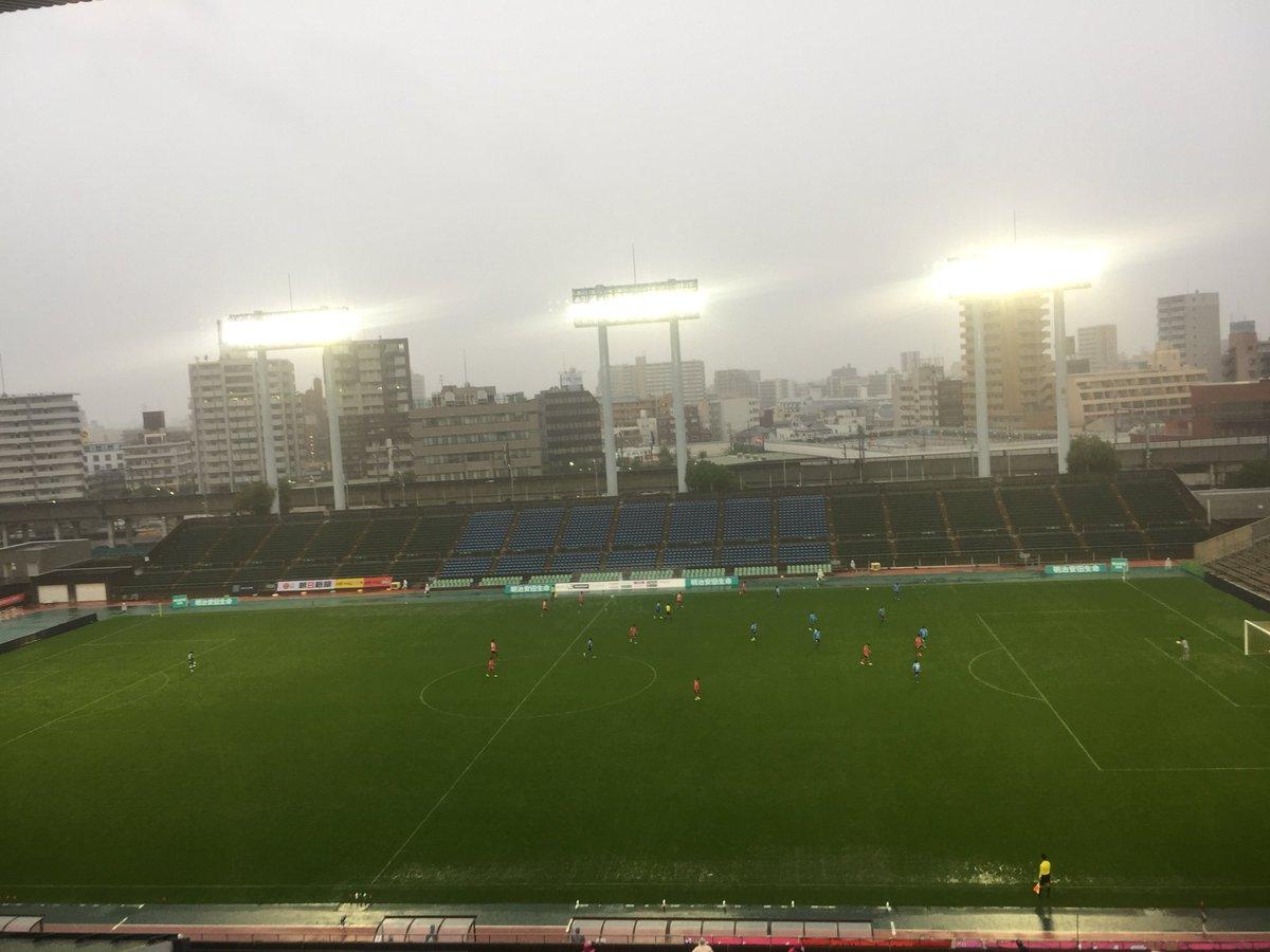 test ツイッターメディア - 大好きなホークスが日本シリーズ決めた瞬間、自信あったマイネルヴンシュが菊花賞で4着に敗れた瞬間、俺はキンチョウスタジアムでJ3のセレッソ大阪の試合を観ていた。サッカーは雨でもやるんだなぁ〜。サッカーの若者達は頑張っとる! フジテレビ 蹴旅(サカ旅)です! https://t.co/bTmA27q8u7