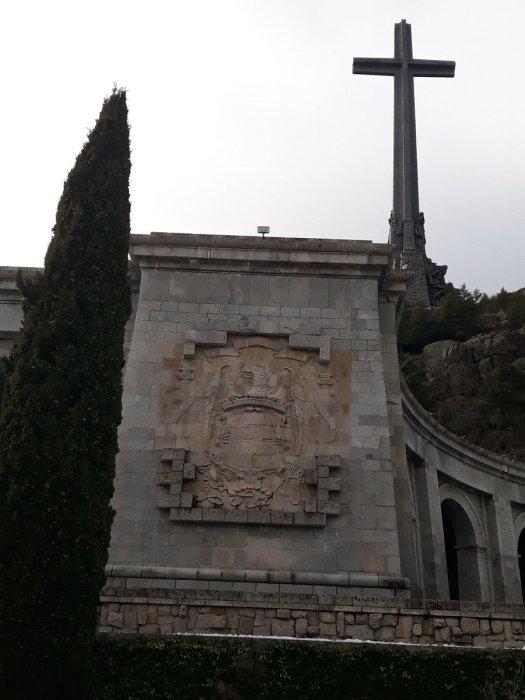 test Twitter Media - Y este escudo en el Valle de los Caídos ¿no hace apología de una dictadura?¿No lo prohíbe la Ley de la Memoria?¿Y la decencia democrática? https://t.co/b6RPOYitML