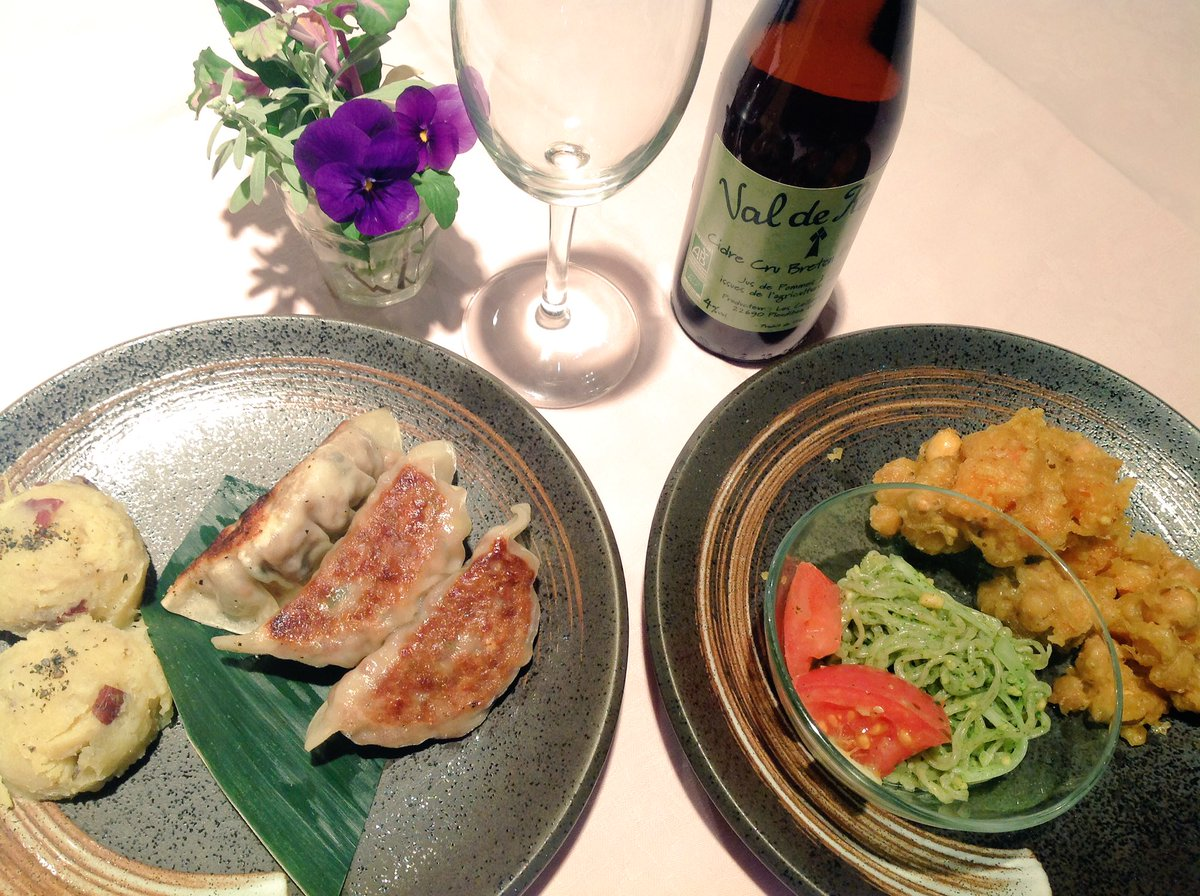 test ツイッターメディア - 〈東京店オーガニックレストランです〉Organic IZAKAYA ただいま営業中です!本日はベジタリアンマンデーです!おすすめ料理は「高きびの餃子」です‼️りんごのお酒、シードルも人気です🍎🍏お気軽にお立ち寄りください♪待ちしております‼️ https://t.co/UMkkioQsED