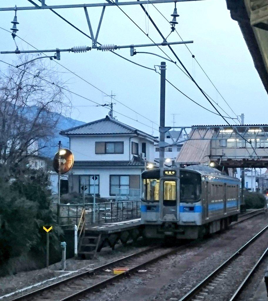 test ツイッターメディア - 相変わらず伊予三島駅の三番ホームの簡易停留所感はたまらない https://t.co/h2GVzqKgXy