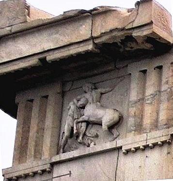 Templo grego: tríglifos e metopa; antes significa, em arquitetura, as cabeças das pilastras que dão acesso a um templo