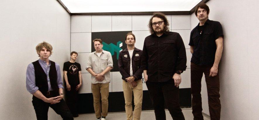 """test Twitter Media - Wilco sind zurück. Die Band um Jeff Tweedy hat ihr elftes Album """"Ode To  Joy"""" angekündigt und einen ersten Song daraus veröffentlicht: Das Hoffnungsstück """"Love Is Everywhere (Beware)"""".   → https://t.co/KAwcj0bWv0 https://t.co/KkFXT23aGK"""