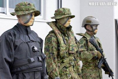 """ミリブロNews on Twitter: """"戦闘服(戦闘装着セット)水陸一般用。  肩にはポケットが付いており、胸ポケットのフラップが通常型と異なっている。また、ズボンのポケットには上辺にゴムが入っており、本体は三つ折りのプリーツによって容量をアップ。  #水陸機動団… """""""