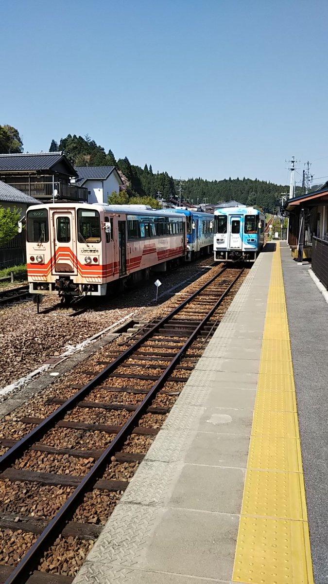 test ツイッターメディア - 岐阜県の恵那駅と明智駅を結ぶ明知鉄道に初乗車。二つの峠を越えるため、アップダウンが激しい。この辺りは山桜がまだ綺麗に咲き誇っている。終点の明智駅から徒歩2分の所に、大正村があり、白と黒のコントラストがいい雰囲気だ。地元産のお米を使った手作り五平もちも美味しかった。また行きたい。 https://t.co/Hl4CylhKCU