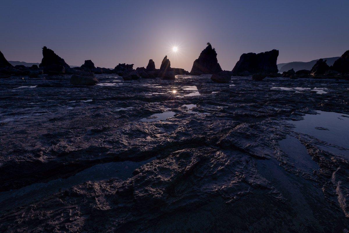 test ツイッターメディア - 橋杭岩だるま朝日 水面から太陽が離れないだるま朝日を撮ることができました!だるま太陽は幸運を呼ぶなんてことも言われている珍しい蜃気楼現象の一種で、天の川アーチからのだるま朝日というミラクルすぎる橋杭岩撮影になりました♪ 4月22日 #東京カメラ部 #PASHADELIC #弘法大師 https://t.co/xUpFmvQVJq
