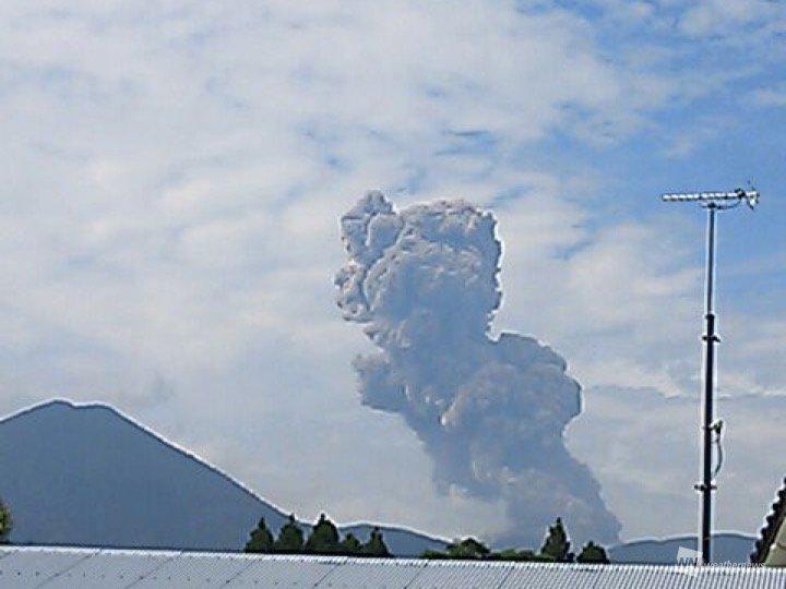 test ツイッターメディア - 【霧島山・新燃岳で爆発的噴火】 22日(金)09時09分に新燃岳で爆発的噴火が発生しました。 噴煙は火口上1700mに達し、さらに上昇中。 新燃岳が噴火するのは5月14日以来になります。 宮崎県小林市からは、空振で窓がガタガタ鳴ったとの報告もありました。 https://t.co/Qn2m9T8IiB https://t.co/YPebyRpv13