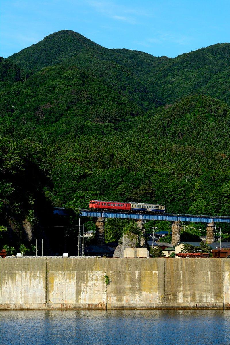test ツイッターメディア - 2018/06/15 323D 普通 深浦行@五能線 あきた白神~岩館 夕日に照らされる白神山地の山々。漁港の集落に架かる橋をローカル列車がトコトコと渡ってきた。 https://t.co/x2PPGWoMAP