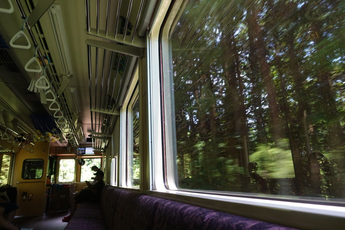 test ツイッターメディア - 信楽高原鐵道は明智鉄道でも見かけた新潟トランシスの内装が木目調のディーゼルカー。信楽の街をすぎるとあとはひたすら遥か下に見える貴生川の町に向かって下っていくという信楽の人を草津線に乗り継がせるための鉄道だった。ここは貴生川から乗りたいが逆向きだと石山に抜けるのが大変なのだ。 https://t.co/U8p7r7ld8n