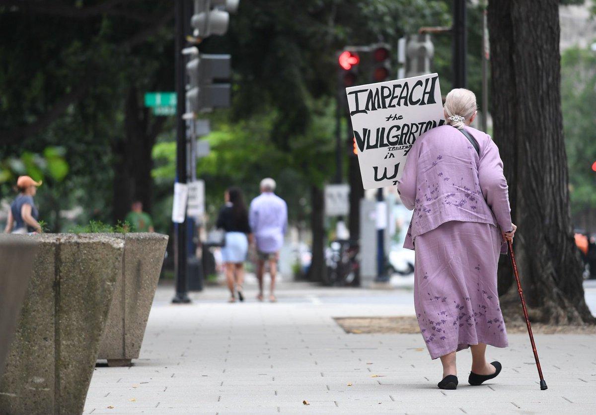 test ツイッターメディア - 1人で抗議に参加した女性がいました。女性は「トランプに反対だけど、何も行動しないという人があまりに多い。それでは今の時代を認めることになり、あなたも問題の一部になる」「70歳の私が杖をついて路上に立たないといけないほど、米国は危険水域に達している」。本日の最も印象に残った言葉です https://t.co/nWCHPiJCit