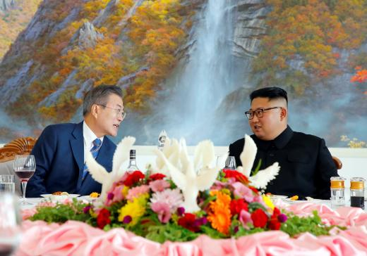 test ツイッターメディア - 米国のリンゼー・グラム上院議員は「#北朝鮮 はミサイルと核装備の実験を中止したが、非核化にはまったく向かっていない。韓国は #金正恩 にもてあそばれてはならない」とツイート──焦点:南北経済協力、「ドル箱」復活なら制裁違反の懸念も  #南北首脳会談 #文在寅 https://t.co/a2Ch0DFnmp https://t.co/gP8qesGoZA