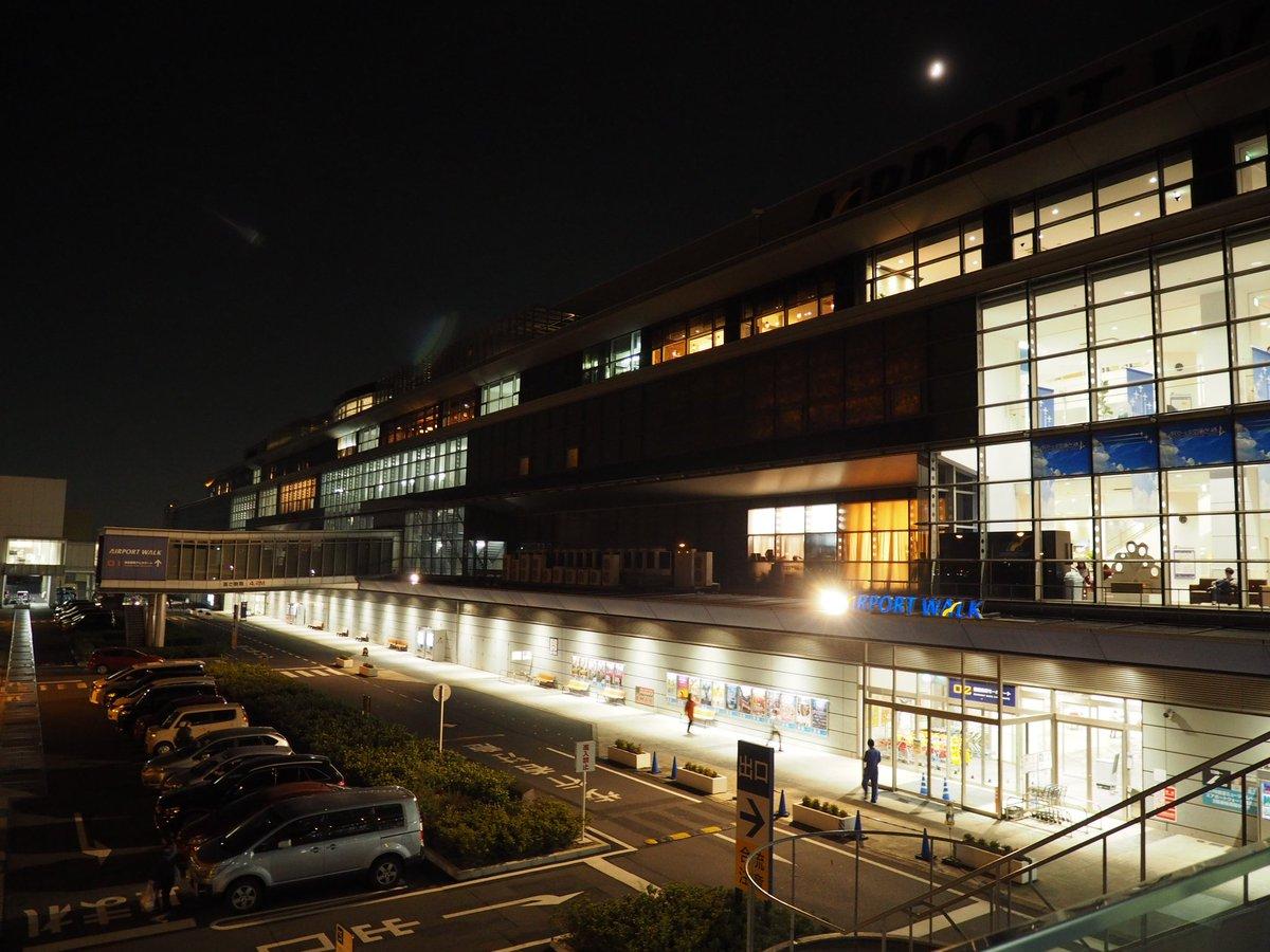 test ツイッターメディア - あいち航空ミュージアムの隣りにあるエアポートウォーク名古屋店 まるで空港のターミナルビルみたいですよね? 模して作られた…のではなくて、国際線が飛んでいた頃のターミナルビルを改装したものなんですって! 滑走路側に伸びる歩道橋なんて搭乗ブリッジまんまですよね https://t.co/XxzpQfJXkU