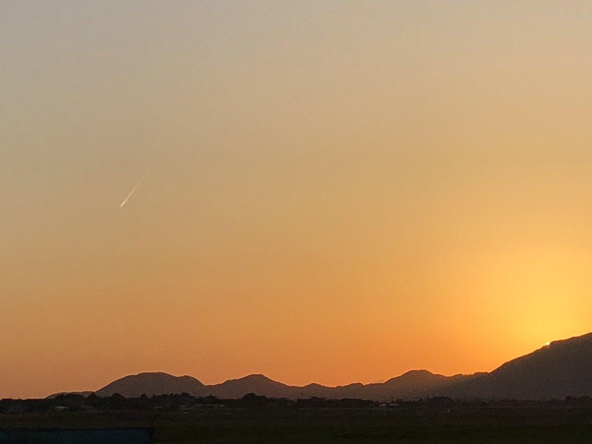 test ツイッターメディア - 昨日。 いい日でしたなぁ。  #太陽 #夕陽 #夕日 #いい日 #弥彦山 #新潟 #景色 #キレイ #よく見ると #飛行機雲 #レア https://t.co/ynyYr1L5HR