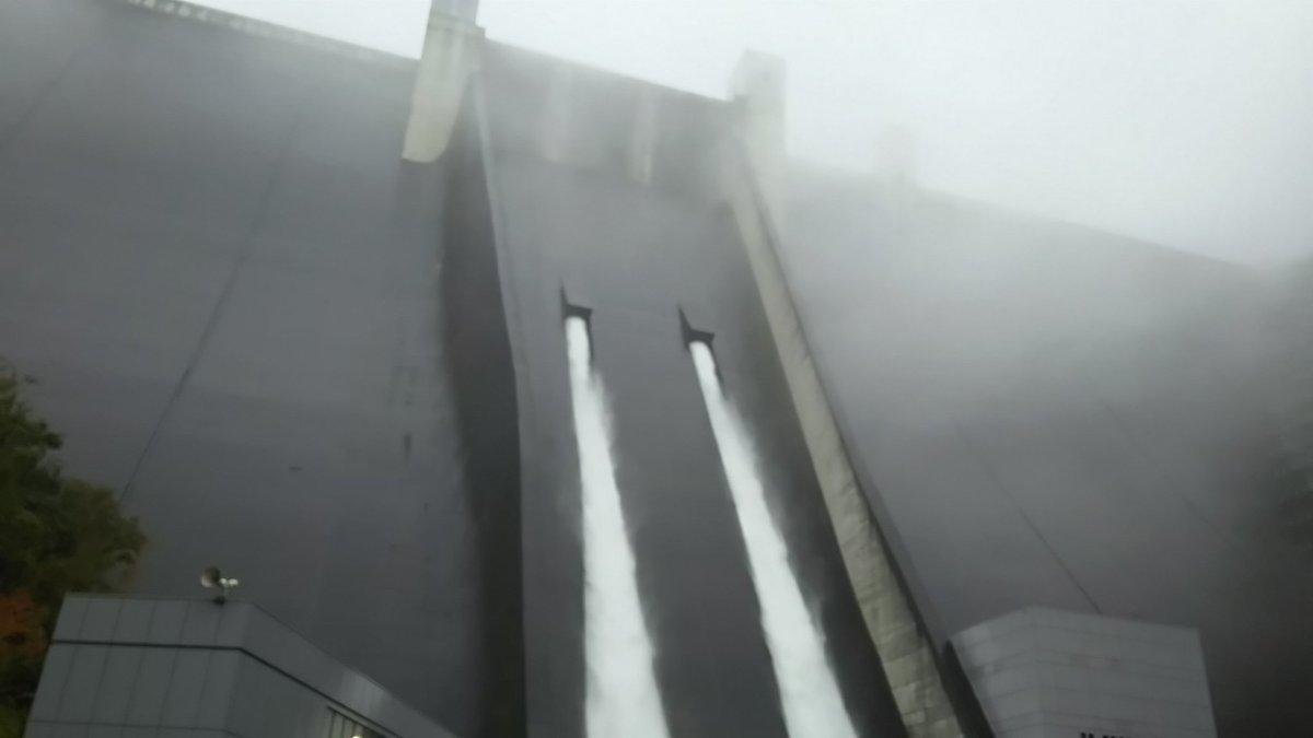 test ツイッターメディア - 宮ヶ瀬ダム🌊 観光放流の日で、ダムの迫力と放流の激しさと天気悪くて霧がかかってる雰囲気にちょっと怖さを感じてしまった💦 ダム放流カレーすんごく美味しくて、真ん中のウインナーを抜くとカレーが放流されておもしろいの🎵 https://t.co/8Xa1zkxdhm