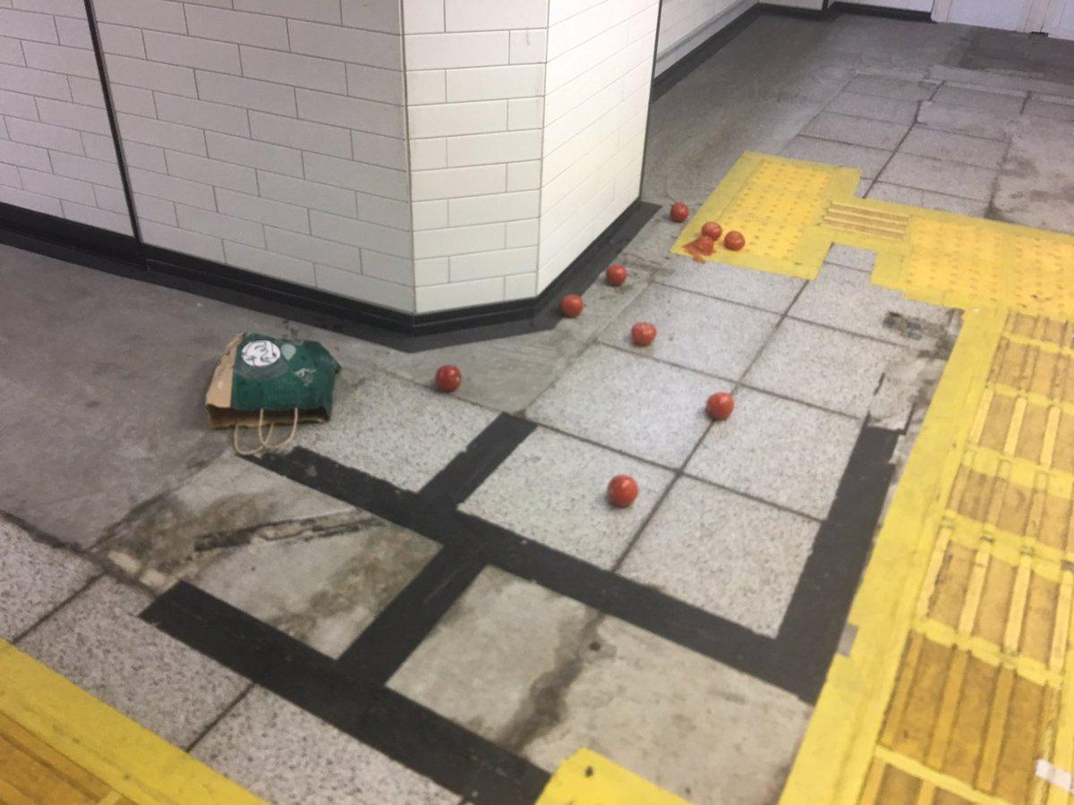 test ツイッターメディア - 銀座駅に散乱していたトマト。溢れる何がしかの現場感に、ロマンを感じる。 https://t.co/kdxEYLvtsg