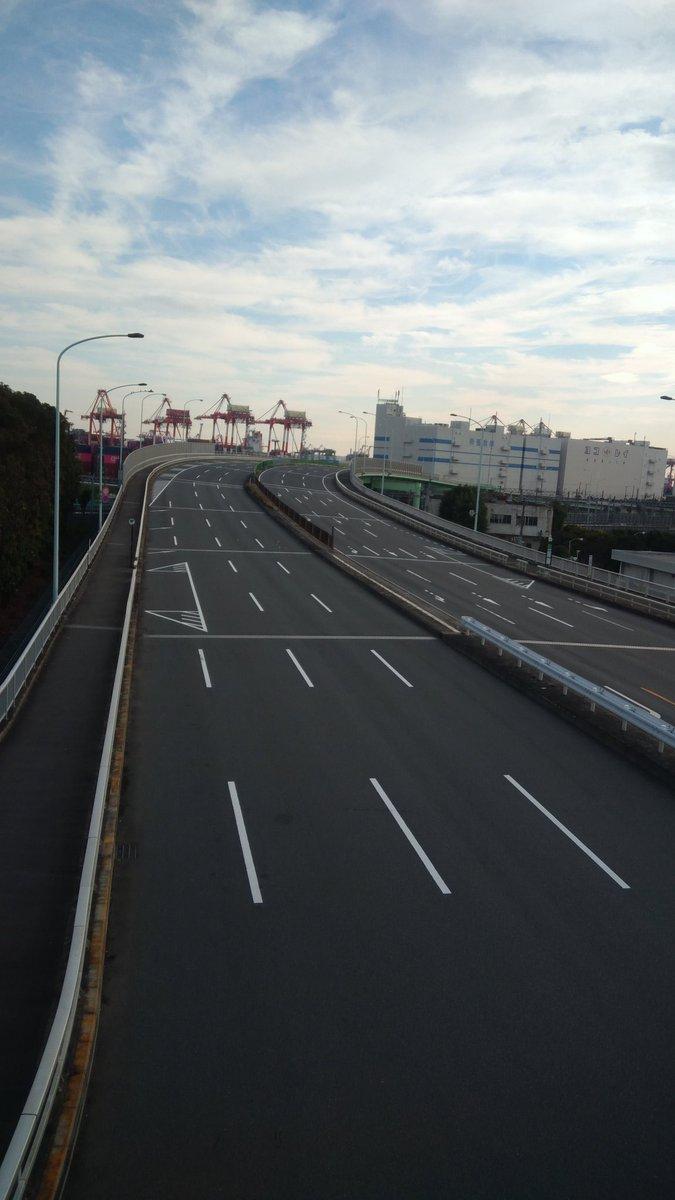 test ツイッターメディア - コミケが近づいてきたので今回も勝手に成功祈願をしにビッグサイトを拝みに行くことにした。今回は大井町から歩いてみることに。東京港トンネルって徒歩だとどうやって抜ければいいの? そして日曜日なのを抜きにしても東京の片側3車線に誰もいないのは壮観。まるで人類滅亡後のワンシーンみたい。 https://t.co/IJ4k8EnxrF