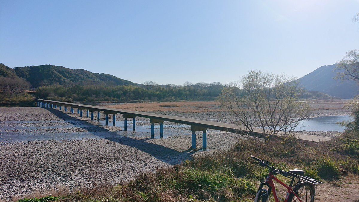 test ツイッターメディア - 【佐田沈下橋】 佐田の沈下橋に到着。 決闘の場所に良さそうな雰囲気。 …じゃなくて、雄大な流れで 水も澄んでる。  これが日本最後の清流、 四万十川 か…。 https://t.co/FdxrkIZpgV