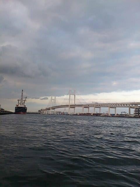 test ツイッターメディア - 横浜ベイブリッジを遠目に見ながら、赤レンガ倉庫→山下公園と進んだ。本牧埠頭をぐるっと廻るのが、日本の海岸線をなぞるカヤック日本一周の王道と言えば王道だが、もっと面白そうなルートを見つけたので。#カヤック #日本一周 #旅 https://t.co/WHOr1hsqtD